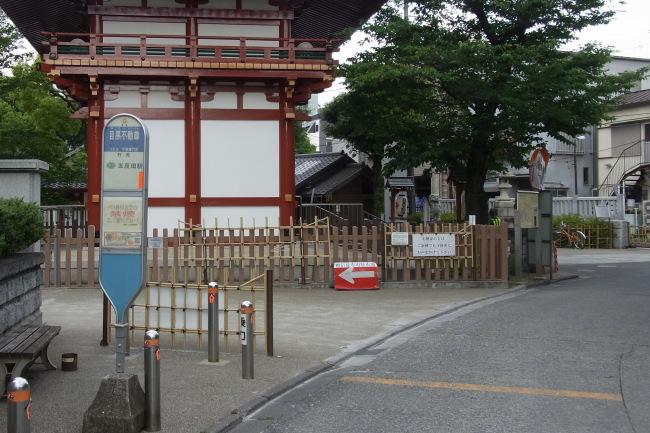 山門横のバス停